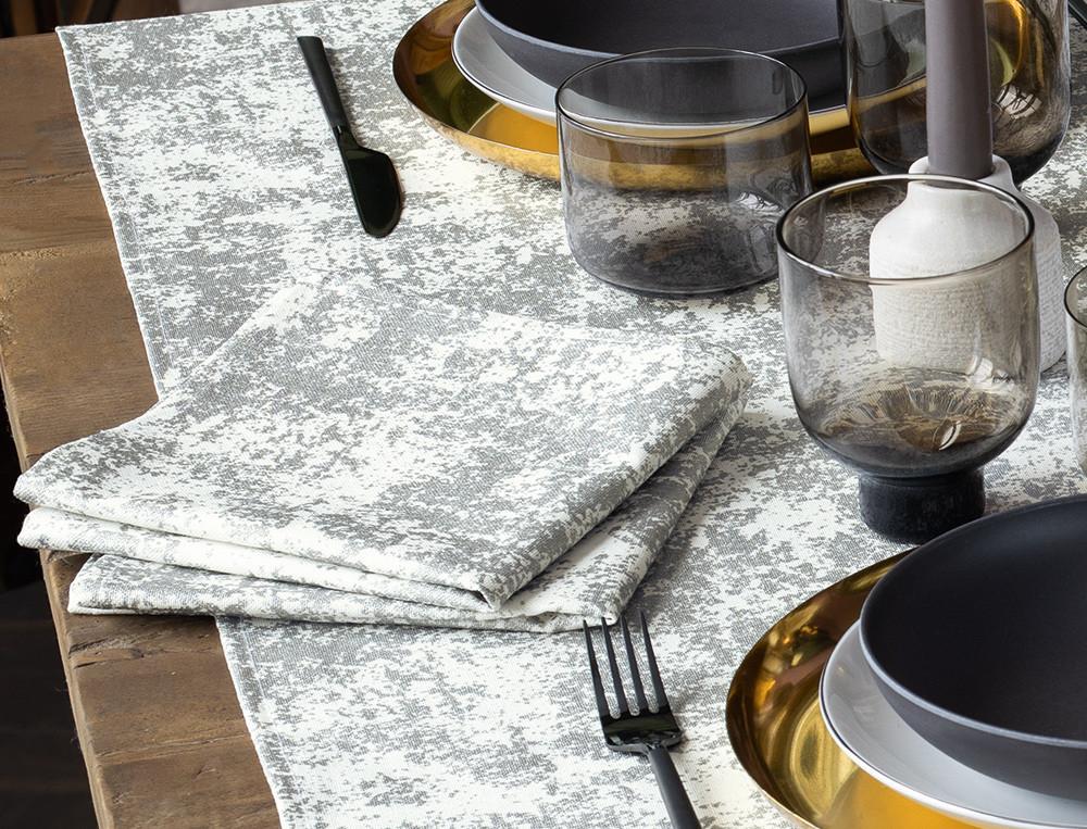Chemin de table et serviettes de table imprimés d'un motif or ou argent Mise en lumière
