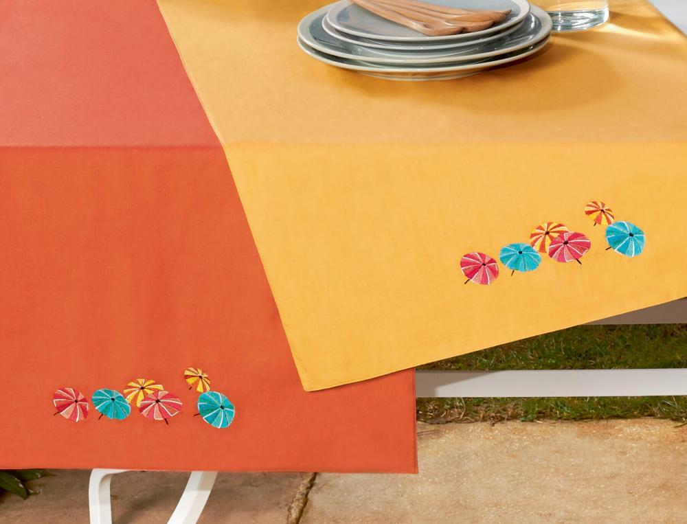Chemin de table brodé Sous les parasols
