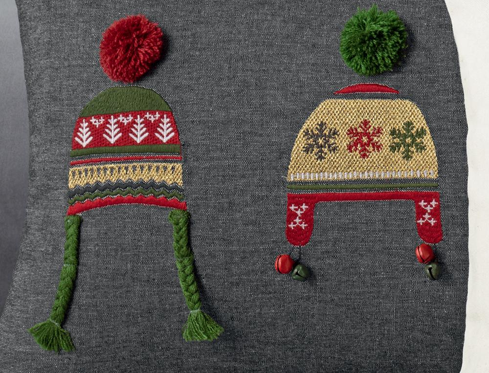 Coussin brodé 3 bonnets ivoire et beige avec pompons Esprit de Noël
