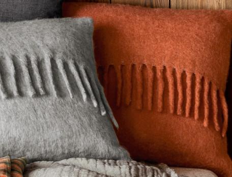 Coussin aspect laine gris ou brique Piste noire