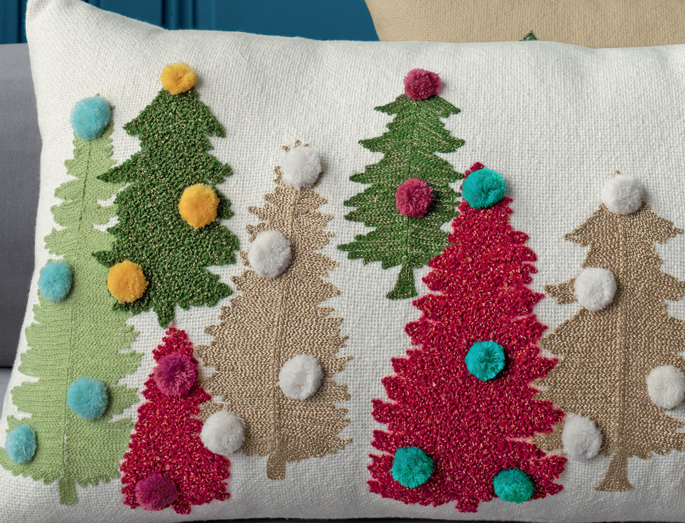 Coussins brodés sapins ivoire ou beige avec pompons Esprit de Noël
