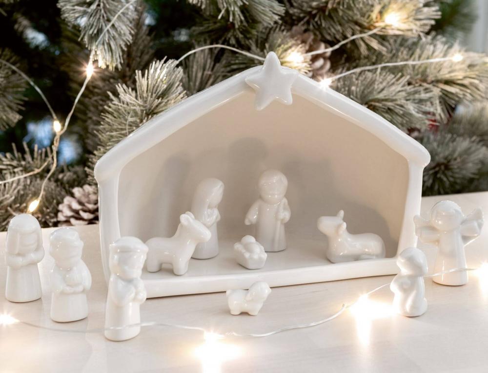 Crèche en porcelaine et 11 figurines