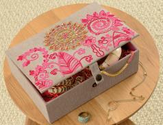 Boîte à bijoux brodée Dans le traineau