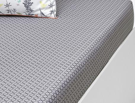 Drap housse percale coton imprimé petits motifss géométriques dans un camaïeu de gris. Finition passepoil de couleur.