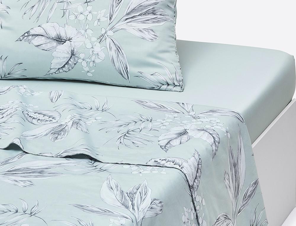 Drap satin imprimé végétal bleu clair gris passepoil Vallée des eaux claires