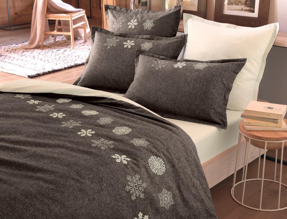 Cette housse de couette brodée est cosy et résolument tendance. En flanelle 100% coton chinée tissé-teint couleur écorce.