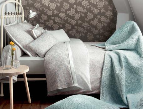 Linge de lit imprimé fleuri et pied-de-poule Atout charme