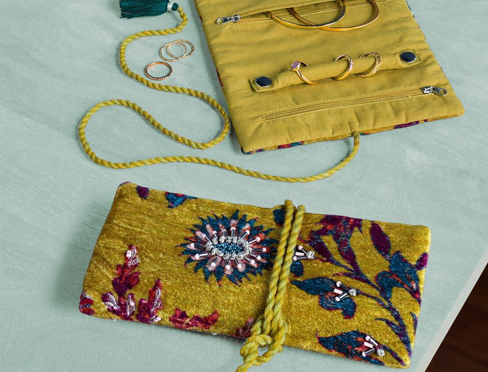 Pochette à bijoux velours broderies multicolores avec perles Habit de lumière