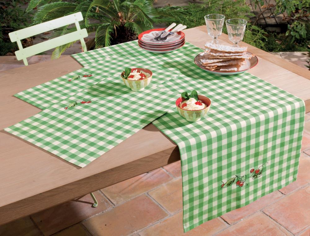 Chemin de table et set de table brodés Panier de cerises