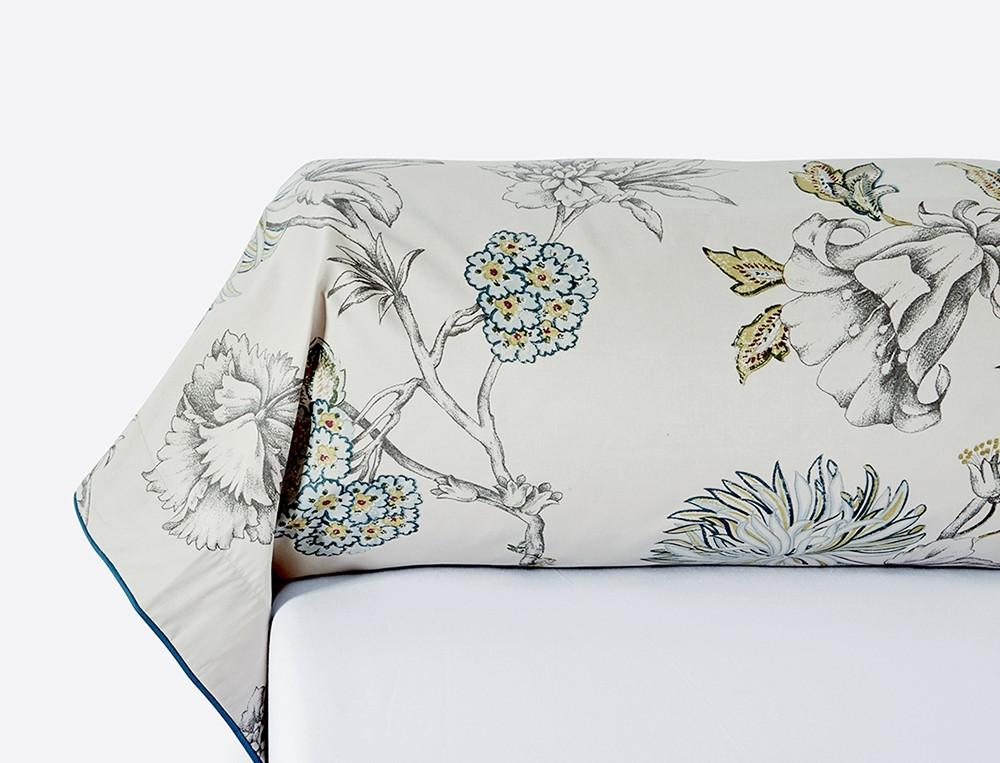 Taie de traversin imprimé fleuri fond grege passepoil bleu canard Magnifique