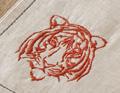mit tiger-stickerei